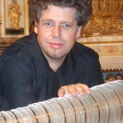 Thomas_Bloch_glass_harmonica